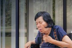 Äldre kvinnahosta, kvävning royaltyfri foto