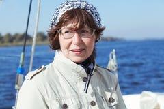 Äldre kvinnakappseglare på en seglingyacht Royaltyfri Foto