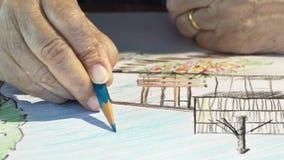 Äldre kvinnamålningfärg på hennes hobbyteckning lager videofilmer