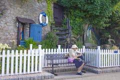 Äldre kvinnasittingBrixham Torbay Devon Endland UK Arkivbilder