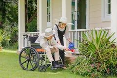 Äldre kvinnaträdgård med dottern Royaltyfria Foton