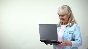 Äldre kvinnligt meddela med barn på bärbara datorn, moderna teknologier royaltyfri foto