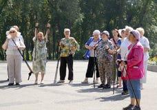 Äldre kvinnor är glade: den passerade rutten! Arkivbilder