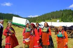 Äldre kvinnor i bulgariska dräkter arkivbilder