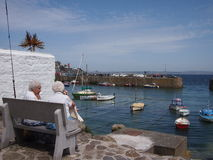Äldre kvinnor i Cornwall byhamn Royaltyfria Foton