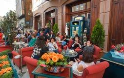 Äldre kvinnor som sitter i en utomhus- restaurang, tillsammans talar och tycker om i Tbilisi Royaltyfri Bild