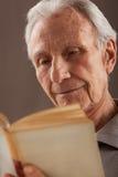 Äldre läsa för höga män Arkivfoton