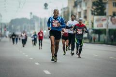 Äldre löpare i ledning på den head gruppen av löpare Arkivfoto