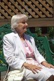 Äldre le för kvinna Royaltyfria Bilder