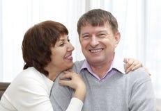 äldre le för par royaltyfria bilder