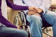 Äldre livsstil - omsorg som hjälper handikappade personer arkivfoto