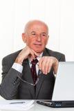 äldre lyckat för entreprenörkontor Arkivbild