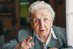 Äldre lyckligt kvinnasammanträde och samtal i hans hus arkivbild