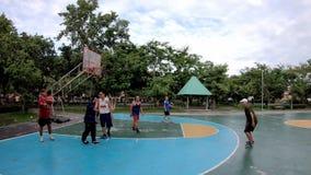 Äldre män och kvinnor som spelar basketövningen för hälsa i morgonen på BangYai, parkerar, Nonthaburi i Thailand Juni 27, 201 arkivfilmer
