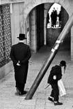 Äldre män och pojke i Jerusalem, Israel Arkivfoton