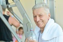 Äldre man i en idrottshall arkivfoto