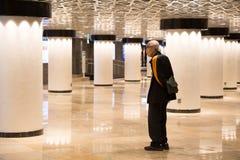 Äldre man i Ginza tunnelbanastation Royaltyfri Bild
