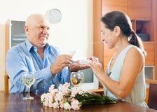 Äldre man med den mogna kvinnan som har det romantiska datumet Fotografering för Bildbyråer