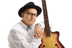Äldre man med en gitarr Arkivfoton