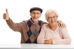 Äldre man och en äldre kvinna med den höga äldre mannen som rymmer Arkivfoton