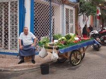 Äldre man och hans frukt och vegvagn Royaltyfri Fotografi