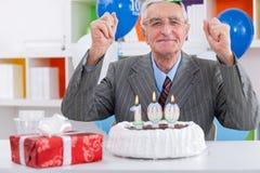 Äldre man som firar födelsedag Arkivfoto