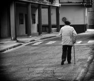 Äldre man som går gatan royaltyfria foton