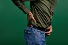 Äldre man som trycker på hans baksida osteoarthritis arkivbilder