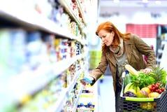 Äldre nätt kvinnashopping för ny sund mat i supen royaltyfri fotografi