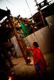 Äldre nepalesisk kvinna och välsignelser, Durbar fyrkant, Katmandu, Royaltyfri Bild