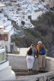 Äldre par i Thira på Santorini Turism-, lopp- och folkbegrepp - lyckligt högt par fotografering för bildbyråer