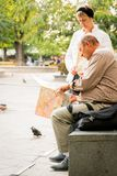 Äldre par på stadsfyrkanten i Budapest som ser en stadsöversikt Arkivfoton