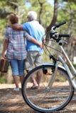 Äldre par som har en picknick Royaltyfria Foton