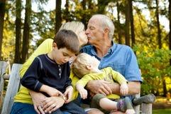 Äldre par som kysser på parken Royaltyfria Foton