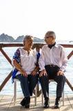 Äldre par som ser de som skrattar arkivfoton