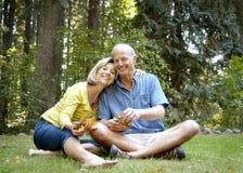 Äldre par som tycker om det fria Arkivbild