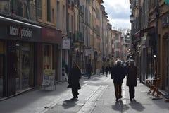 Äldre parsällskap på Ruedes Cordeliers, Aix-en-provence, Frankrike sen eftermiddag royaltyfri fotografi