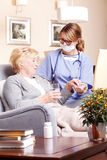 Äldre patient och anhörigvårdare Royaltyfri Foto
