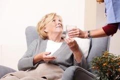 Äldre patient och anhörigvårdare Royaltyfri Fotografi