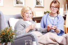 Äldre patient och anhörigvårdare Arkivbilder