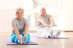 Äldre patienter som utbildar i rehabiliteringmitt royaltyfri foto