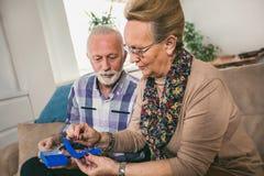 Äldre person som tar läkarbehandlingen arkivbild