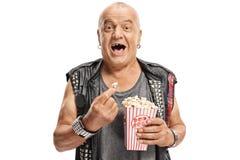 Äldre punker som har popcorn och att skratta Arkivfoton