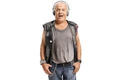 Äldre punker som lyssnar till musik på hörlurar fotografering för bildbyråer