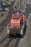 Äldre röd diesel- lokomotiv på stationen Fotografering för Bildbyråer