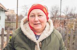 Äldre rysk kvinna i byn Arkivbilder