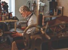 Äldre skomakare på arbete fotografering för bildbyråer