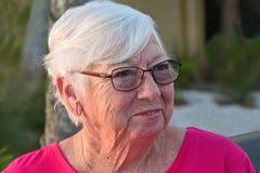 äldre ståendekvinna arkivbilder