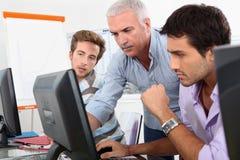 Äldre studenter som använder datorer Arkivbild