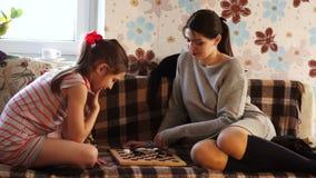 Äldre syster som spelar med mer ung stock video